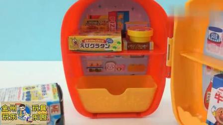 小猪佩奇把买到的食物放入面包超人的冰箱
