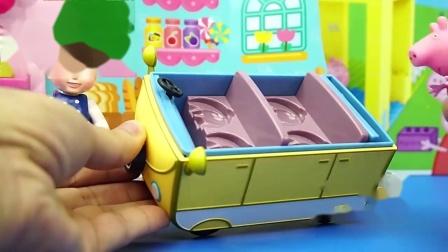 小猪佩奇把蛋糕放到小汽车上
