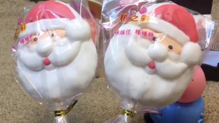 乔治佩奇想得到圣诞老人的礼物,猪爸爸送来圣诞糖果,两人好高兴