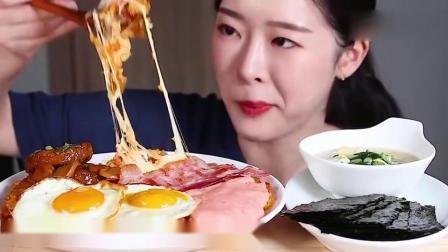 韩国吃播小姐姐吃奶酪培根煎鸡蛋,看这拉丝好好吃的感觉