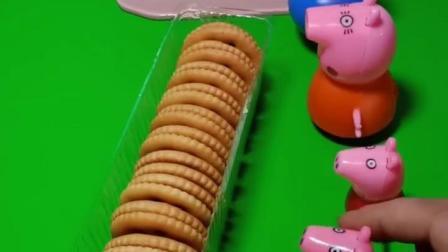 乔治帮大家尝尝饼干好吃不好吃,一边吃一边说不好吃,大家要收拾乔治
