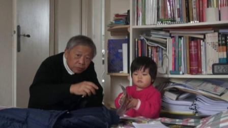 艾米在爷爷奶奶屋间里学讲话打电话翻杂志