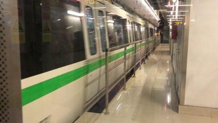 南宁地铁1号线开往石埠站方向列车进会展中心站