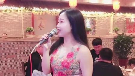 海南三亚小伙:酒馆老板娘演唱遇上你是我的缘,嗓音迷人好听,听醉了.