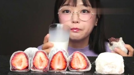 韩国吃播小姐姐Aejeong,今天吃草莓糯米糕,喜欢看吃甜品的看过来!
