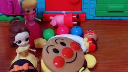 佩奇伤心的哭了,白雪公主带来了面包超人玩具,佩奇可算是高兴了!(1)