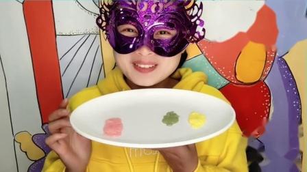 """吃货馋嘴:小姐姐吃""""公鸡布丁"""",小巧可爱,多色多味尝起来甜香滑嫩超赞.mp4"""