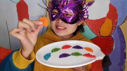 """吃货馋嘴:小姐姐吃""""扇子巧克力"""",迷你精致好漂亮,多色多味吃得好满足.mp4"""
