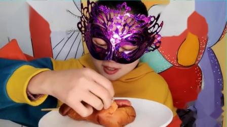 """吃货馋嘴:小姐姐吃""""网红豪华鸡腿面包"""",蛋黄火腿肠豆沙吃得好满足.mp4"""