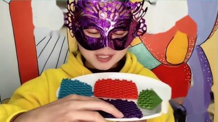 """吃货馋嘴:小姐姐吃""""鱼眼泡塑料膜巧克力"""",创意又漂亮,薄脆香甜好味道.mp4"""