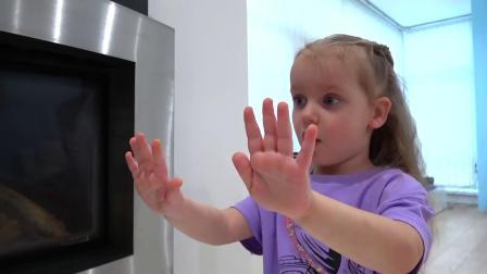 可爱萝莉:可爱萝莉第一次自己涂美甲,看看涂后的效果怎么样吧!
