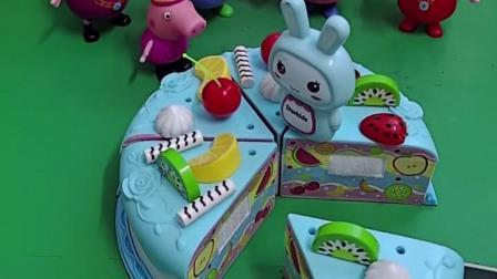 蛋糕还没有切,佩奇一家就想吃,最后切了六块蛋糕