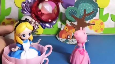 爱丽斯姐姐很漂亮,佩奇就让她用魔法棒把自己也变漂亮了,可是家人都说她是妖怪呢