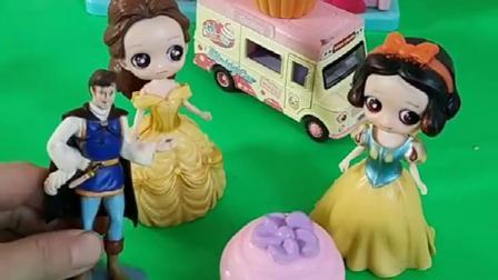 白雪买冰淇淋,看到外星人混在人群,王子连忙查看