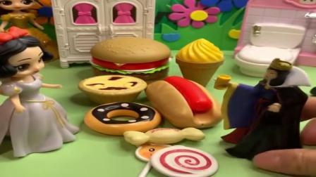白雪和贝尔吃了母后给的糖果蛋糕,都变养了,小朋友猜猜变成什么样了