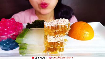 吃播大胃王:小姐姐吃可食用芦荟蜂巢蜜爆爆珠海葡萄橘子.mp4