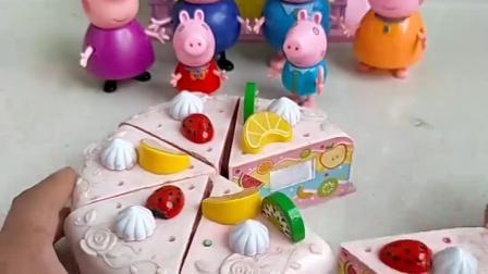 小猪佩奇小猪乔治他们想吃蛋糕,主人来给他们切开,分着吃蛋糕了