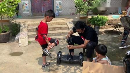 农哥给孩子买礼物,幽默老爸高兴地也要试驾,真是看着容易学着难