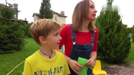 小男孩玩洗车店和妈妈模仿清洗小泰克儿童车