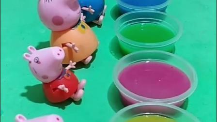 佩奇一家洗水果浴,佩奇洗的是草莓浴,猪爸爸洗的是蓝莓浴!