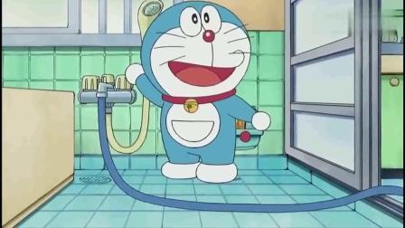 哆啦A梦大雄在家里玩水,被妈妈发现,这下要被骂了.