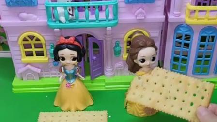 王后给白雪公主和贝儿公主吩咐任务,谁将饼干装饰的漂亮又好吃,谁就可以获得奖励