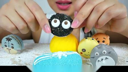 小姐姐吃可爱马卡龙,皮卡丘龙猫造型也太可爱了,网友:舍不得吃