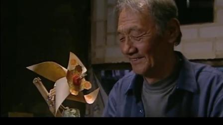 小花晚上睡觉,香草把小花风车踩了,爷爷连夜给小花做个风车