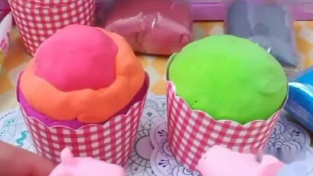 爸爸妈妈太辛苦了,佩奇用果味面团给他们做蛋糕,这颜色真诱人呀