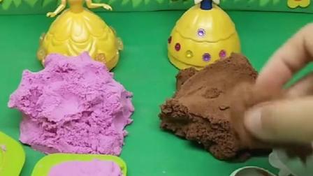 贝儿做了冰淇淋,白雪做了巧克力球,她们谁做的更好呢?