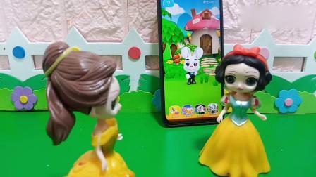 趣味玩具:贝儿以为白雪在看动画片呢
