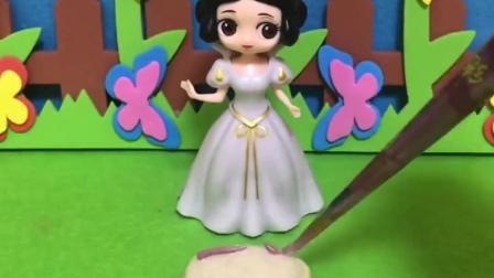 王后过生日,白雪公主没钱买当蛋糕,用小面包做成蛋糕