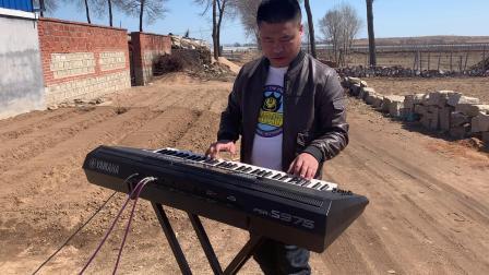 农村小伙自学弹琴弹奏一首经典老歌