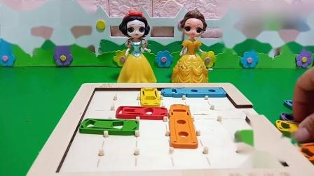 趣味玩具:白雪费了好大劲终于把小车移出车库了