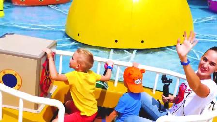 萌娃小可爱们和妈妈在游乐场里做海盗船!小家伙们都可开心了