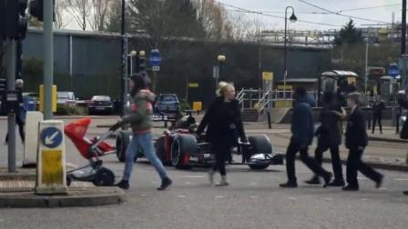 国外牛人将F1赛车开上大马路,路人纷纷合影,后头率太高了!