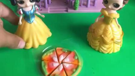 白雪公主做了一个披萨,贝儿一口气就吃了三个,白雪都不够吃了