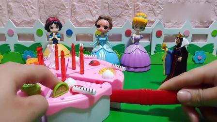 小猪佩奇玩具:王后给小公主们发蛋糕吃了