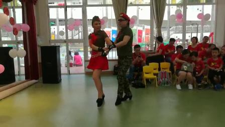 李金英李岳英姐妹俩表演第四套水兵舞