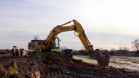 小松PC360挖掘机在裝载卡车