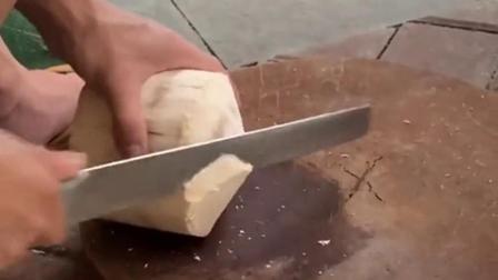 椰子的壳就算是在坚硬,在老师傅的手工就像切蛋糕似的,刀功无人能及!