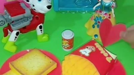 毛毛巨人僵尸饿了,白雪为毛毛做了面包薯条,给僵尸做了汉堡蛋糕