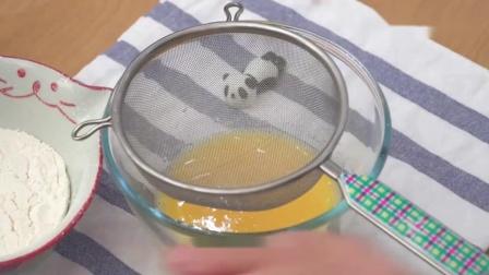 在家如何制作水果奶油蛋糕卷,方法简单又美味。