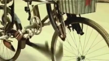 牛人自制特效把一个自行车变成了机器人,这特效真是太厉害了,我看呆了!