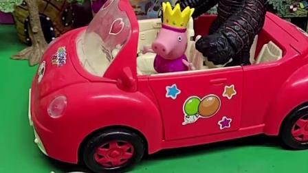 佩奇带着乔治去玩,路上遇见小朋友却不愿与佩奇玩,是乔治穿了怪兽的衣服