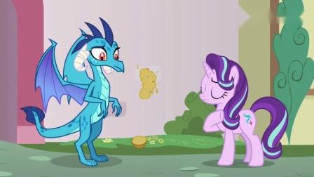 《彩虹小马》小马宝莉:余焰公主抢走了小呆的马芬,将它糊在墙上