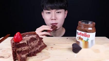 """韩国ASMR吃播""""草莓巧克力蛋糕巧克力奥利奥饼干冰淇淋巧克力酱"""",听这咀嚼音,吃货小哥吃得真过瘾"""