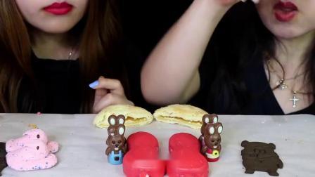 """韩国ASMR吃播""""草莓泡泡糖冰淇淋火鸡面奥利奥巧克力蛋棉花糖"""",听这咀嚼音,吃货姐妹花吃得真馋人"""