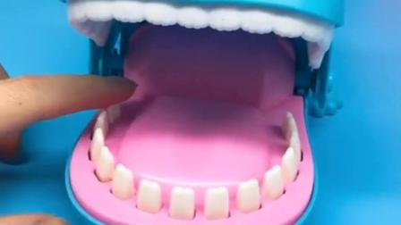 这里有一只大河马玩具,按动他的玩具牙齿,他就会闭紧嘴巴哦