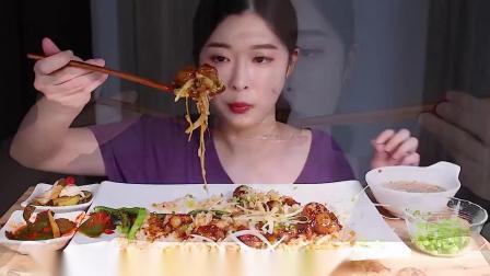 """韩国ASMR吃播""""辣炒牛大肠盖饭生鸡蛋"""",听这咀嚼音,吃货欧尼吃得真馋人"""